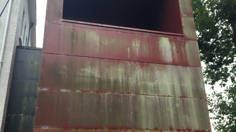 panneau de façade avec moissures dans le Val d'Oise