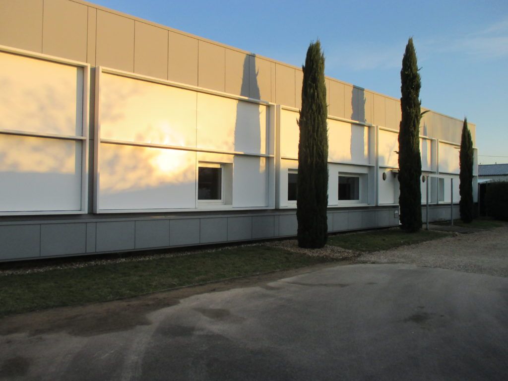 Nettoyage du bardage de l'entrepôt et d'un bâtiment tertiaire à Bordeaux
