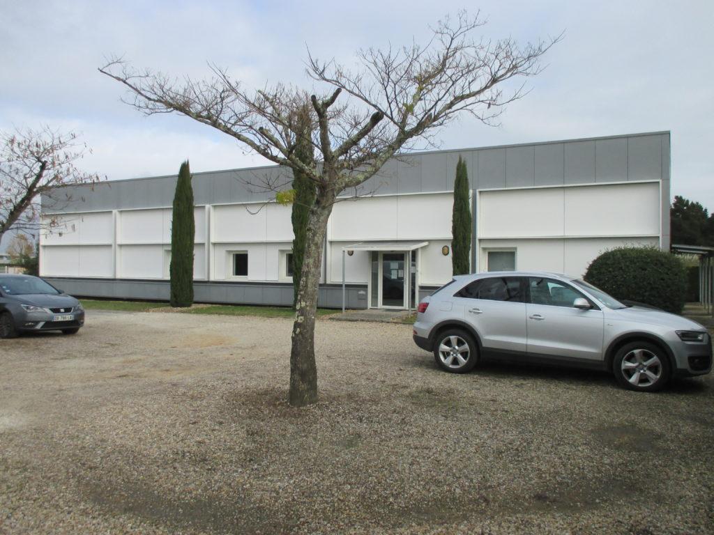 Nettoyage du bardage métallique et des panneaux de bardage composite d'un entrepôt à Bordeaux