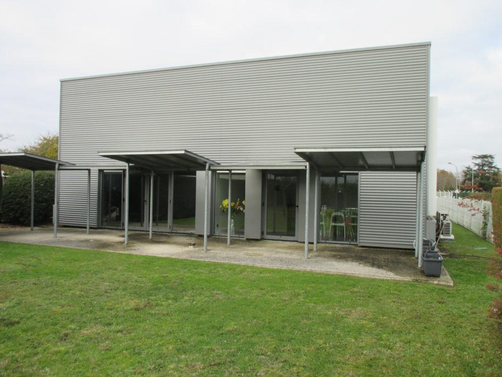 Nettoyage du bardage métallique et auvents d'un entrepôt à Bordeaux