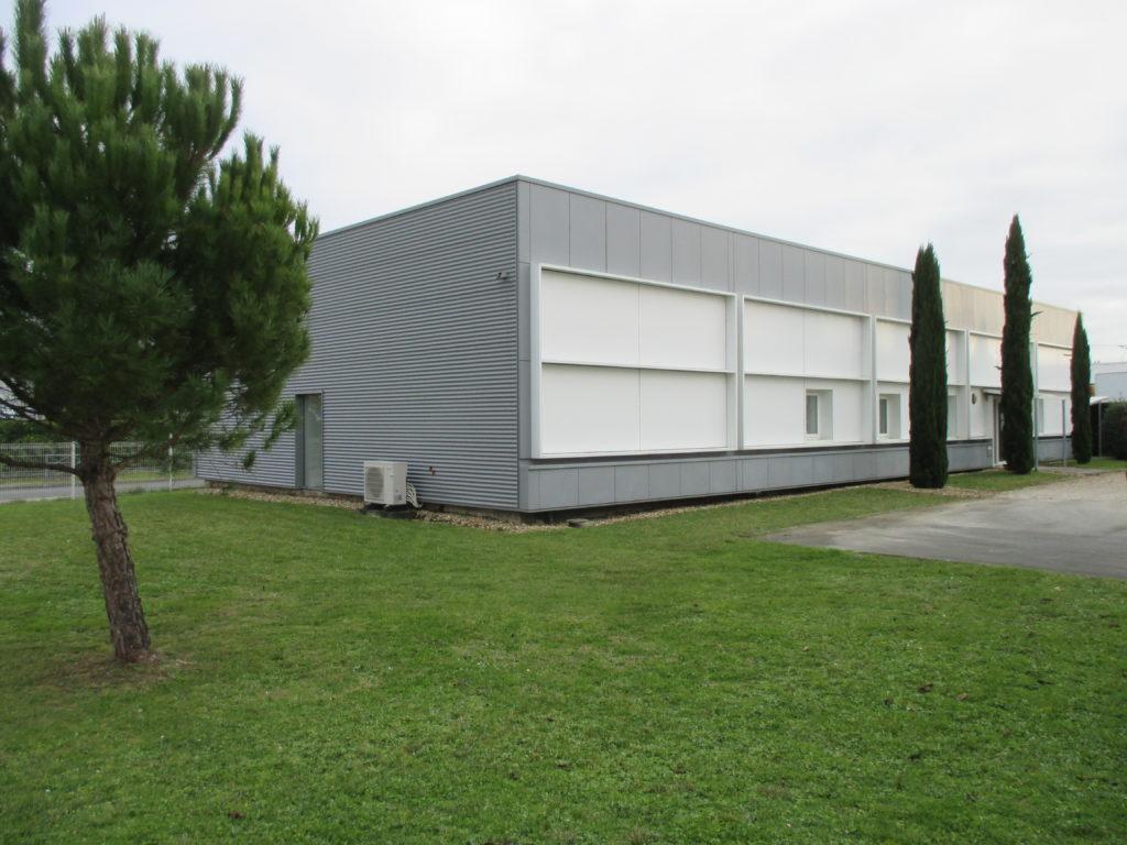 Nettoyage des panneaux de façade et du bardage métallique d'un entrepôt à Bordeaux